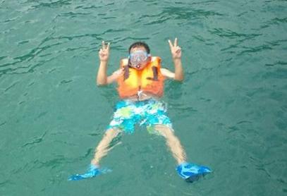 海の中でピースサインの社長