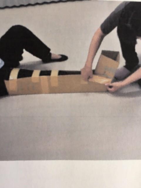 ダンボールを使った骨折時の対処の仕方